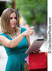shoppen, frau, mit, digital tablette