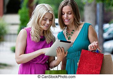 shoppen, frauen, gebrauchend, digital tablette