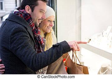 shoppen, paar, einige, junger, fenster, attraktive