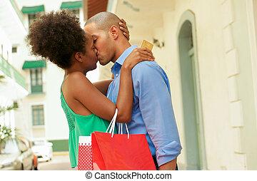 shoppen, paar, kredit, amerikanische , afrikanisch, küssende , karte