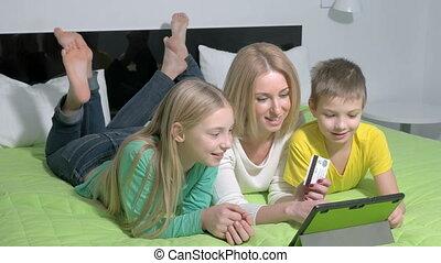 shoppen , tablet, gezin, online, gebruik, thuis, vrolijke