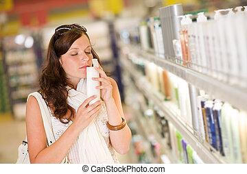 shopping, cosméticos, -, mulher, cheirando, shampoo
