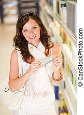 shopping, cosméticos, -, mulher sorridente, com, moisturizer