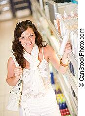 shopping, cosméticos, -, mulher sorridente, escolher, shampoo