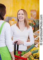 shopping donna, lavoratore, dall'aspetto, mentre, cestino trasportante, negozio