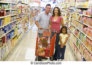 shopping drogheria, giovane famiglia