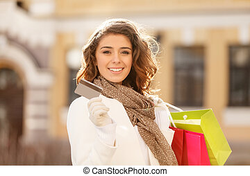 shopping, fatto, easy!, bello, giovani donne, presa a terra, uno, carta credito, in, uno, mano, e, il, borse da spesa, in, un altro, uno