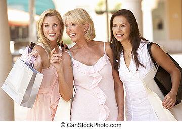 shopping, junto, mãe, sênior, desfrutando, viagem, filhas