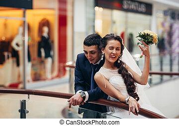 shopping, noivo, noiva, complexo, abraçar, feliz