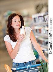 shopping, série, -, bonito, morena, cheirando, shampoo