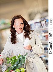 shopping, série, -, mulher jovem, comprando, shampoo