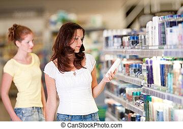 shopping, série, -, mulher segura, garrafa, de, shampoo