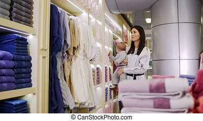 shopping., tenue, famille, regarder, leur, peignoirs, parents, bébés