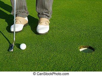 shortinho, campo golfe, bola, verde pondo, buraco, homem