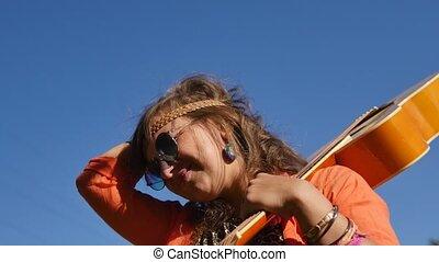 shoulder., elle, nature, stands, lunettes soleil, -, été, gens, vacances, sourire, concept, heureux, vacances, guitare, femme