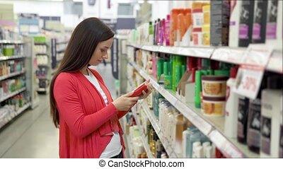 shumpoo, products., regarder, cosmétique, produits de beauté, séduisant, achat, choisir, beauté, choosing., fille femme, supermarket., magasin, beau