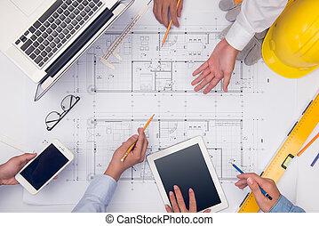 siła robocza, od, profesjonalny, architekci, dyskutując, i, pracujący, z, odbitki światłodrukowy