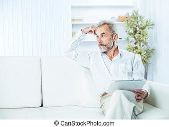 sicher, geschäftsmann, mit, digital tablette, sitzen sofa, in, hell, buero