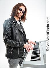 sicher, junger, keyboardist, in, sonnenbrille, stehende ,...