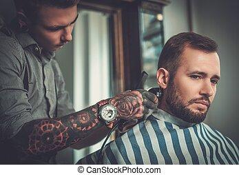 sicher, mann, besuchen, hairstylist, in, herrenfriseur, shop.