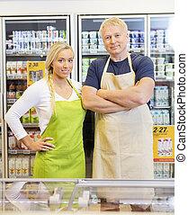 sicher, mann frau, arbeiter, in, supermarkt