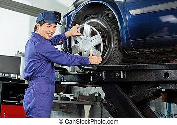 sicher, mechaniker, reparieren, radkappe, zu, auto, ermüden