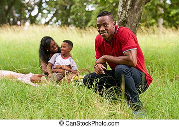 sicher, schwarzer mann, lächeln, kamera, und, familie, machen, picknick