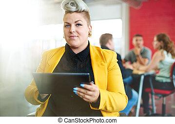 sicher, und, nervös, weibliche , entwerfer, arbeiten, a, digital tablette, in, rotes , kreativ, bueroraeume