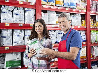 sicher, verkäufer, assistieren, kunde, in, kaufen, hätscheln speise