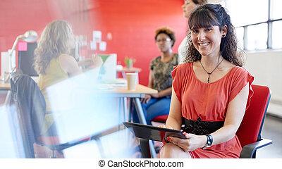 sicher, weibliche , entwerfer, arbeiten, a, digital tablette, in, rotes , kreativ, bueroraeume