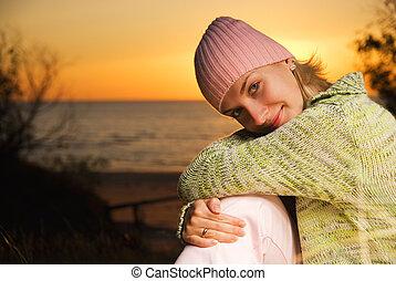 siddende, unge, solnedgang, tid, pige, strand
