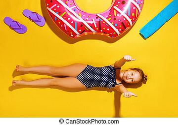 side., 休む, 入浴, 彼の, タオル, 床, thumb., 膨らませることができる, スリッパ, 子供, わずかしか, 黄色, ドーナツ, 円, 背景, スーツ, 女の子, 光景, 上, あること, ショー