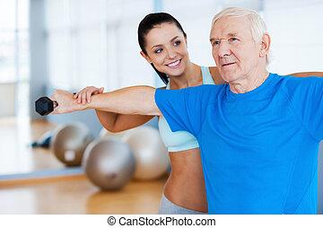 sie, ar, machen, progress!, sicher, weibliche , körperliches therapist, arbeitende , mit, älterer mann, in, fitnesscenter