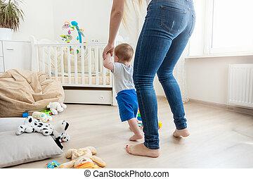 sie, bild, mutter, schritte, unterricht, halten hände, baby, machen, ansicht, rückseite, zuerst