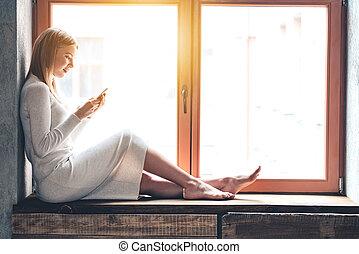 Fensterbank Zum Sitzen schöne frau fensterbank sie sitzen junger him stockbilder