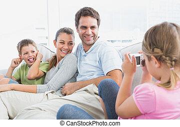 sie, kleines mädchen, couch, foto, nehmen, familie