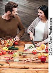 sie, liebe, kochen, zusammen., draufsicht, von, schöne , junges, vorbereiten nahrung, zusammen, und, lächeln