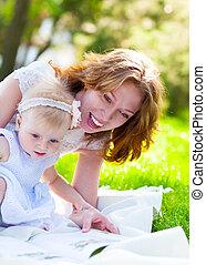 sie, park, zusammen, kind, mama, lesende , glücklich