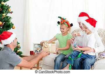 sie, seine, töchterchen, bruder, glücklich, mutter, sofa, geben, vater, geschenk, sitzen