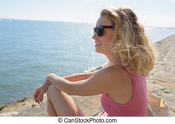 siedział, kobieta, na, ściana, morze, patrząc