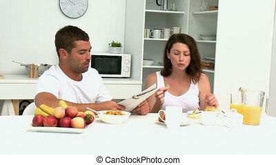 sien, épouse, journal, pendant, petit déjeuner, lecture, homme