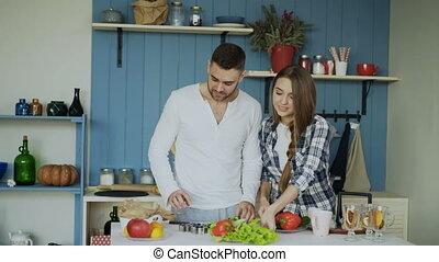 sien, aide, danse, couple, cuisine, jeune, kitchen., matin, quoique, girfriend, séduisant, heureux, lui, homme