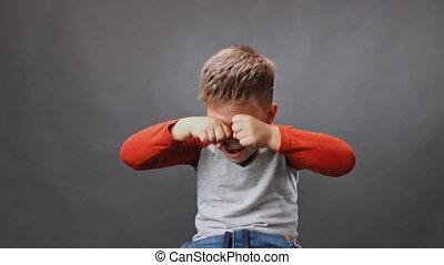 sien, arrière-plan., cris, mobile, fists., video., studio, qualité, élevé, larmes, contre, sanglots, isolé, essuie, garçon