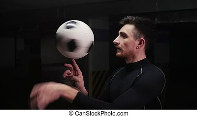 sien, balle, jeune regarder, rotation, appareil photo, doigt, parking., souterrain, football, homme