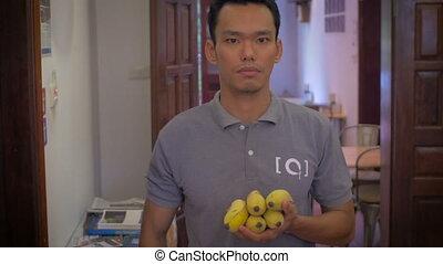 sien, bananes, jeune, main, asiatique, dehors, jets, homme