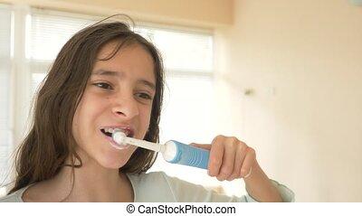 sien, brosse dents électrique, brosses, nettoie, dents, adolescent, enfant, devant, girl, tir, gros plan, miroir., ralenti