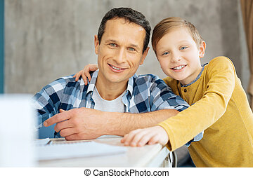 sien, bureau, jeune, fils, poser, homme, heureux