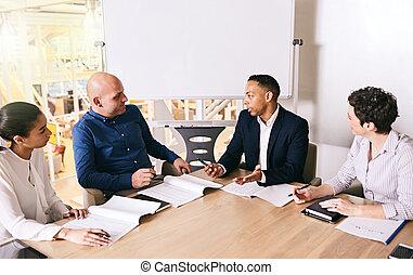 sien, business, mener, leur, course, équipe, mélangé, homme affaires, réunion