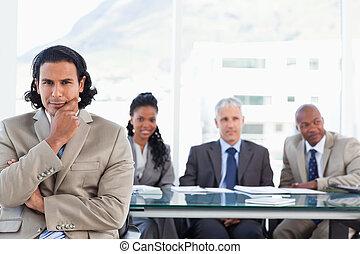 sien,  Business, séance, équipe, main, menton, poupe, devant, homme affaires