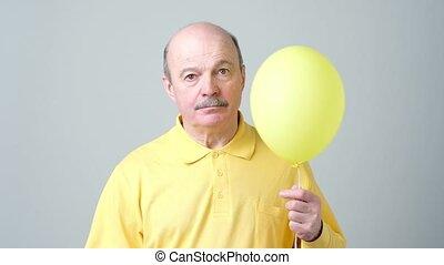 sien, chemise, balloon, jaune, triste, tenue, petit, personne agee, hands., homme